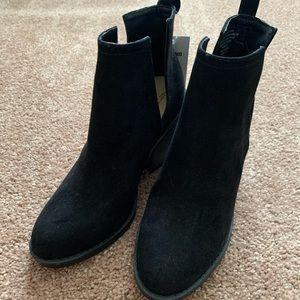 Side slit ankle boots